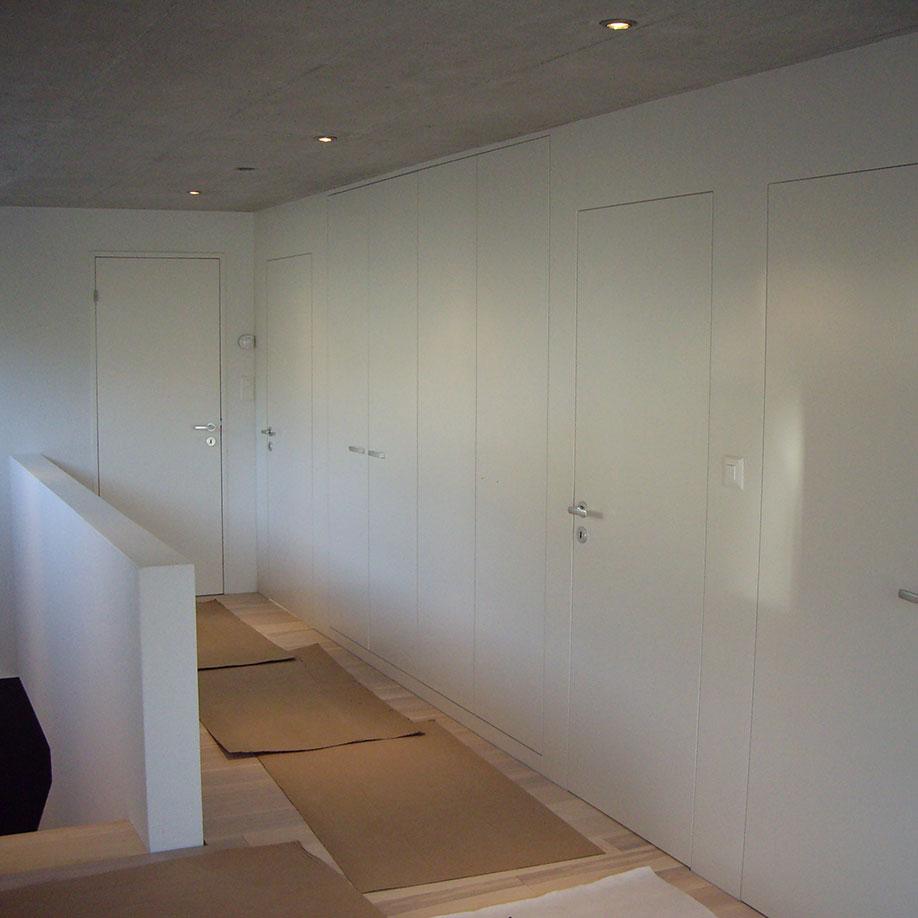 Raumtrennwand mit Einbauschränken und Zimmertür